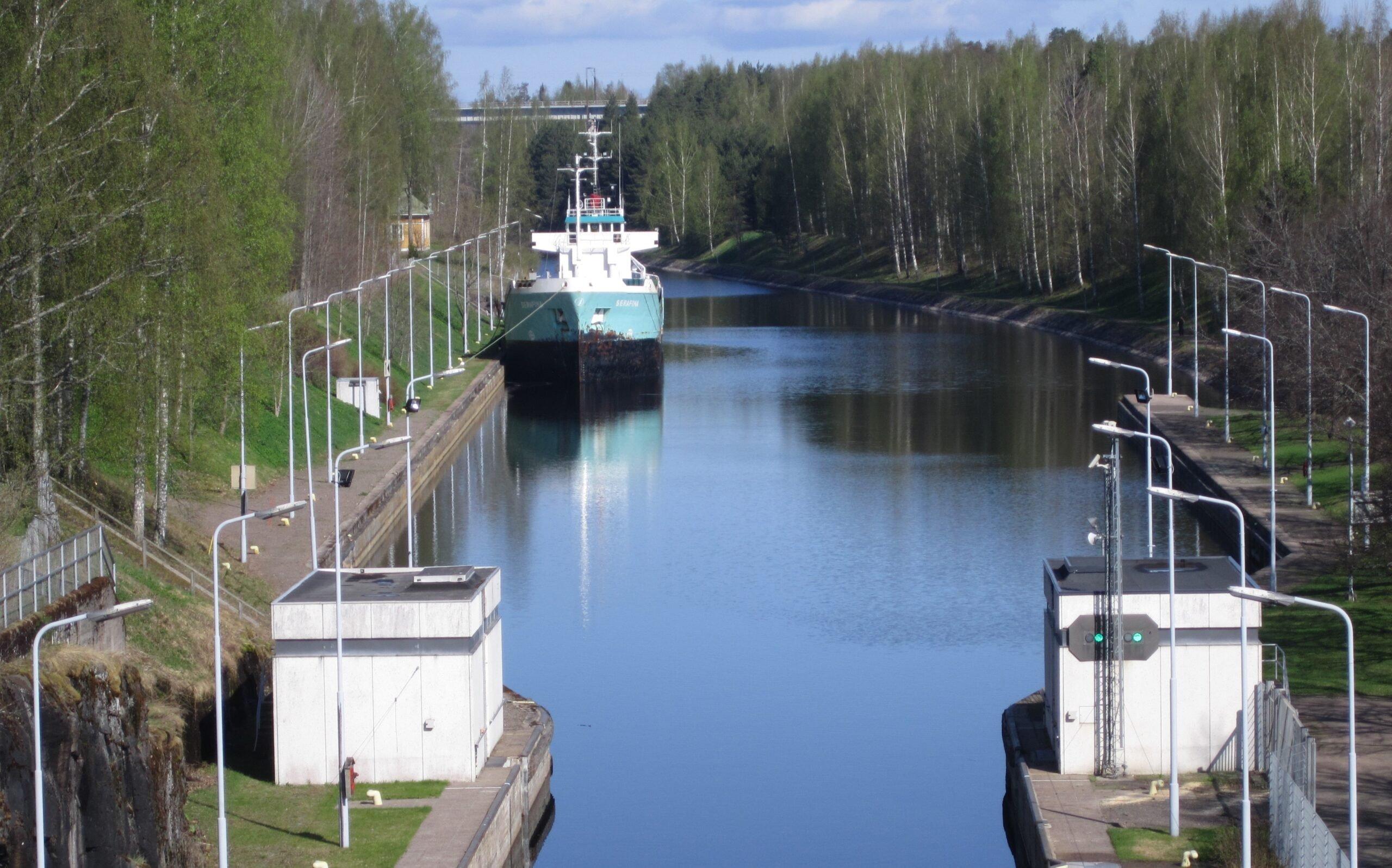 Laiva seisoo Saimaan kanavassa odottamassa sulkuun pääsyä.