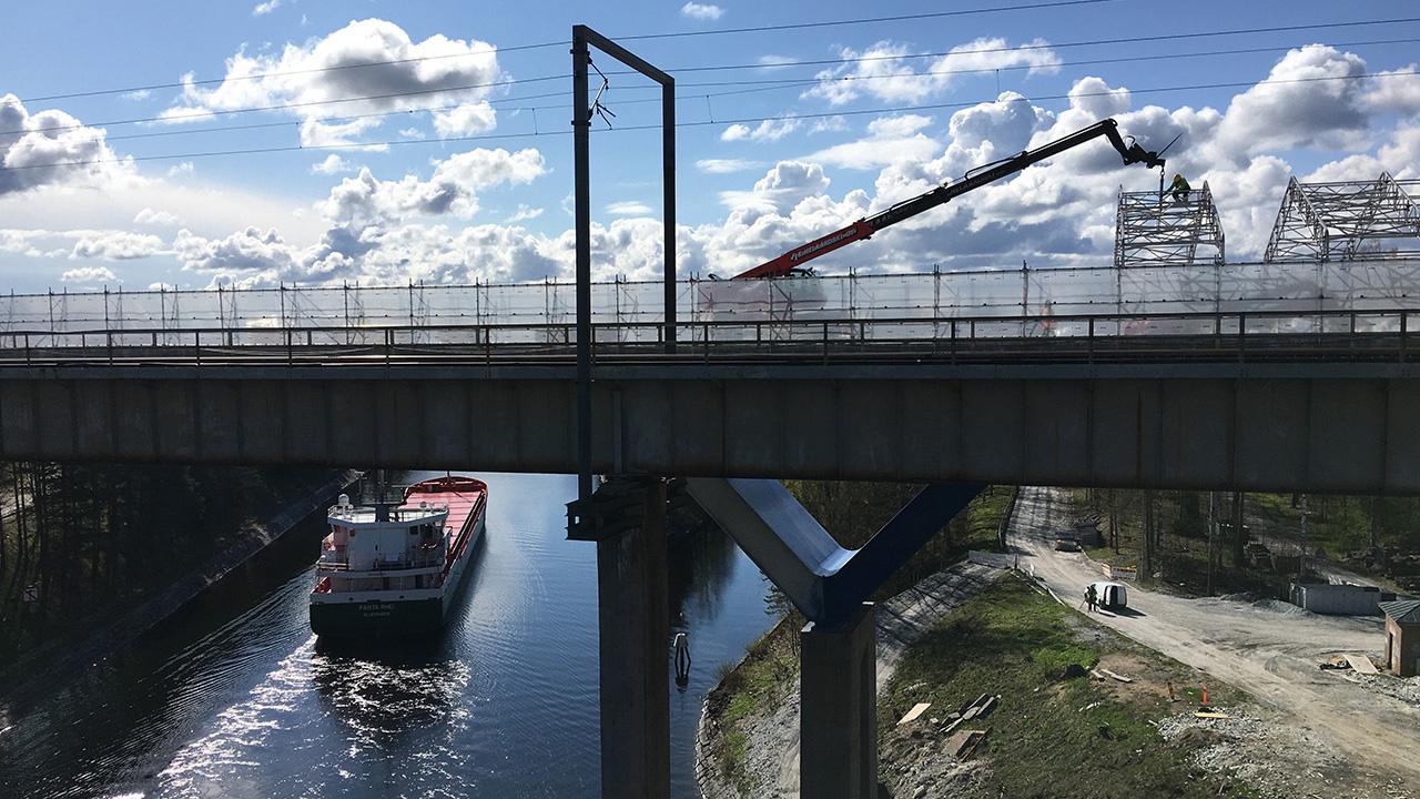 Laiva ajaa Saimaan kanavan rautatiesillan alitse.