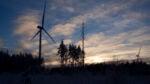 tuulimyllyjä iltataivasta vasten