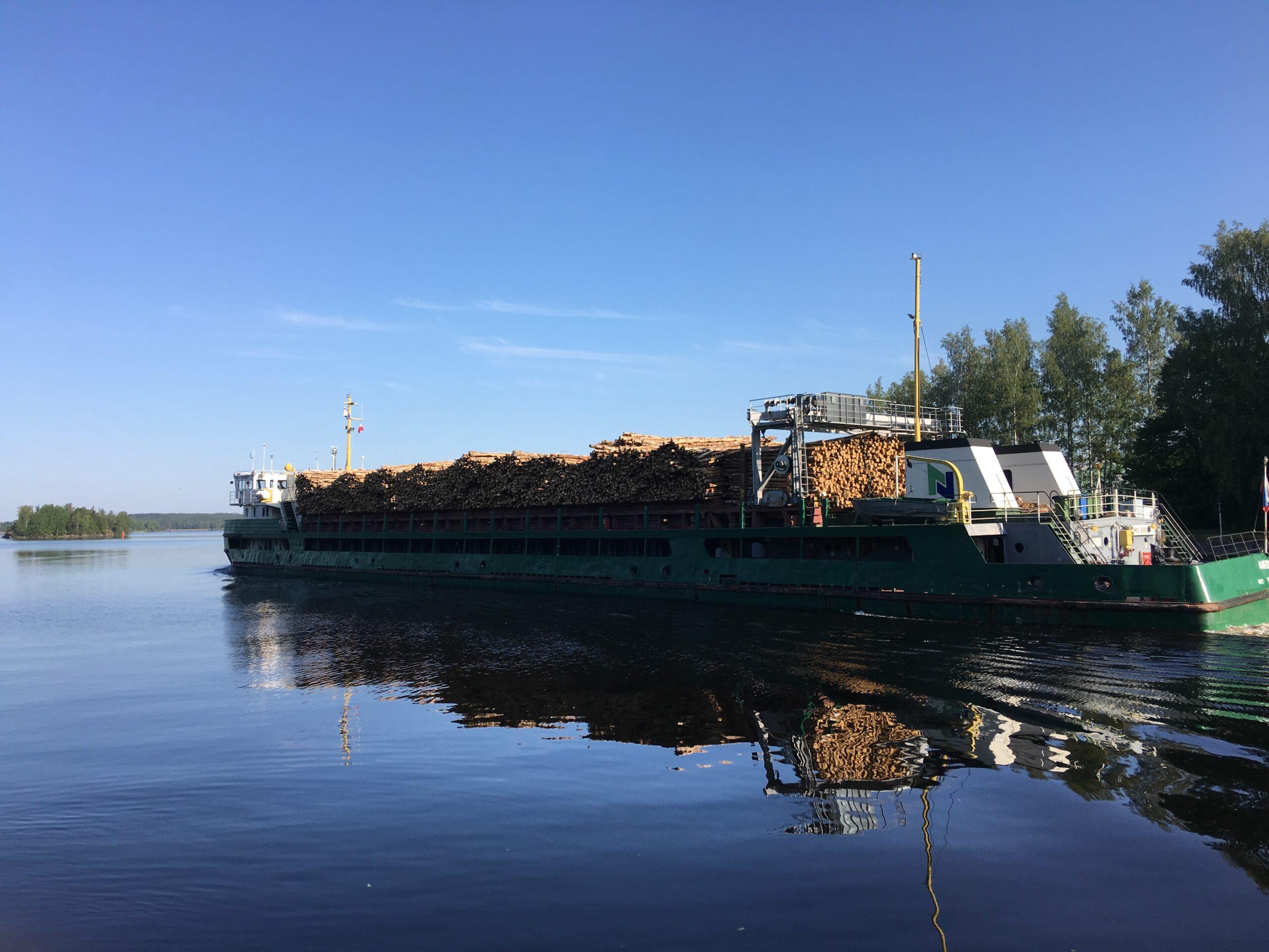 Laiva puulastissa Saimaan kanavassa.