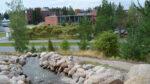 Yliopiston rakennus kuvattu keväällä mäeltä käsin.