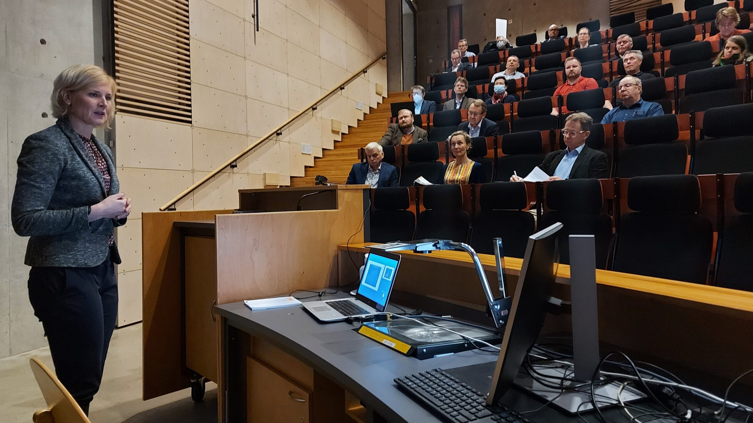 Maakuntajohtaja Satu SIkanen puhuu yleisölle Punkaharjulla 17.9.2021.